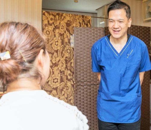 笑顔の整体師と女性の患者様