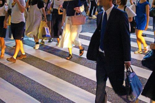 横断道路を渡る人々