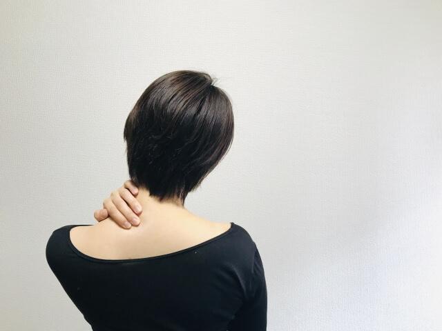 首がこる女性