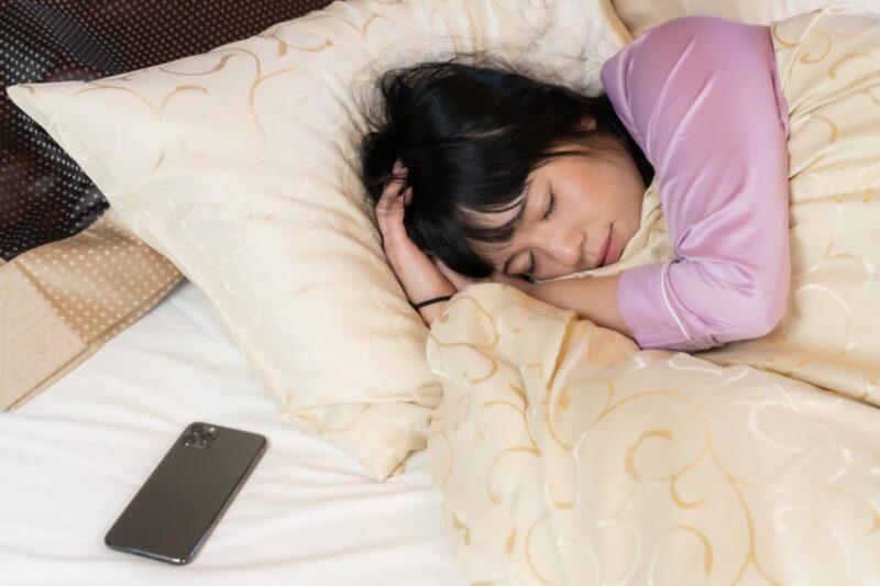 スマホをベッドに置いて寝る