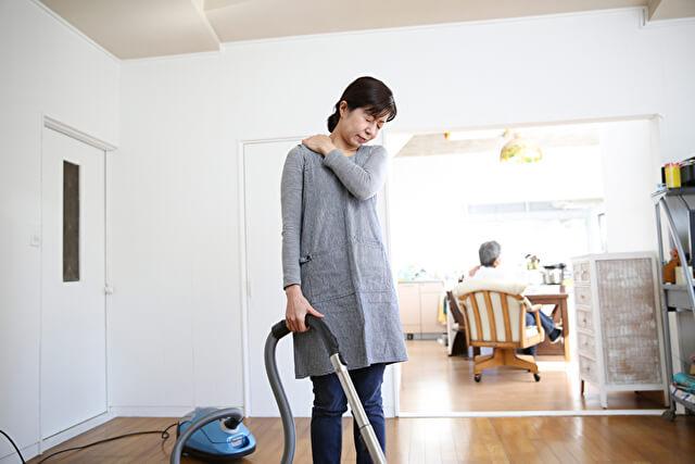 掃除器をかける女性