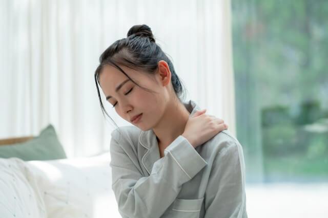 肩に手を当てる日本の女性