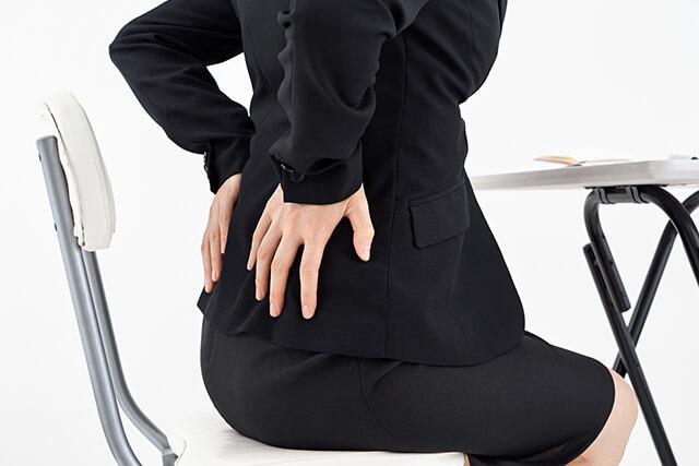 腰に手を当てる女性